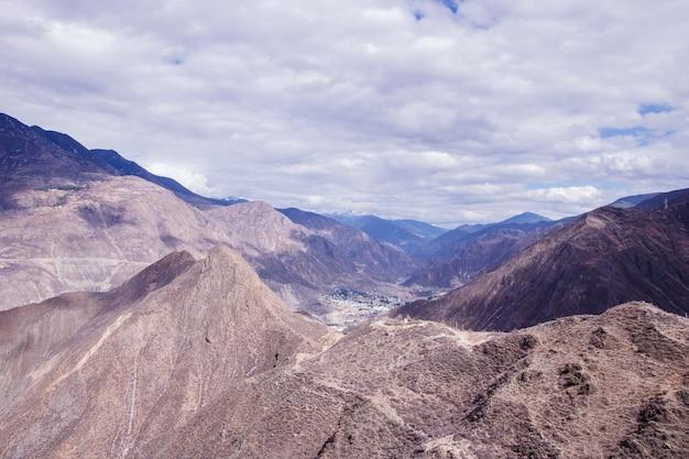 Рок-гора пасмурный день пейзаж в шангри-ла, провинция юньнань, китай