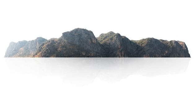 Рок-горный холм с зеленым лесом изолировать на белом
