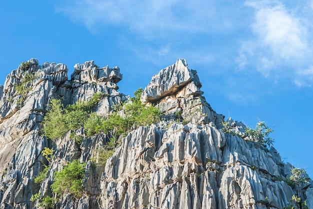 タイ・ナコンサワン県の青い空と岩の山