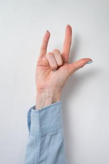 ロックオンハンドジェスチャー。 2本の指を示す女性の手。縦枠