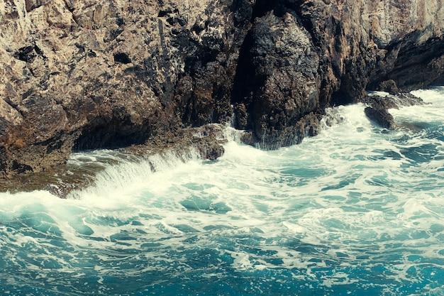 トルコの岩、海、波