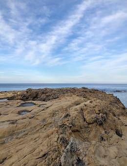 Каменный приморский берег