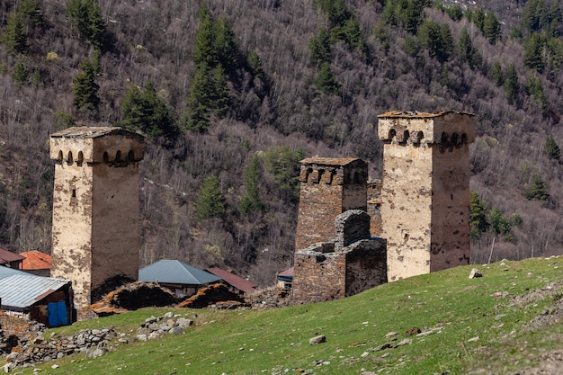 ジョージア州ウシュグリの岩の塔と古い家
