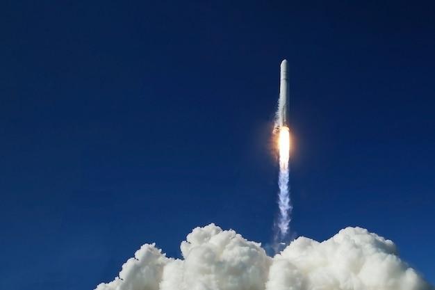 열린 공간으로 로켓 발사. 이 이미지의 요소는 nasa에서 제공했습니다. 고품질 사진