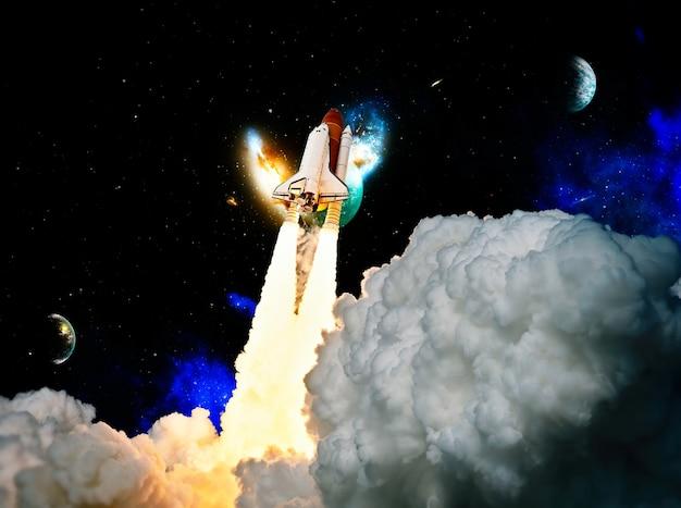로켓 발사. 연기가 있는 로켓은 우주로 날아갑니다. 우주 왕복선 .우주선이 임무를 시작합니다.