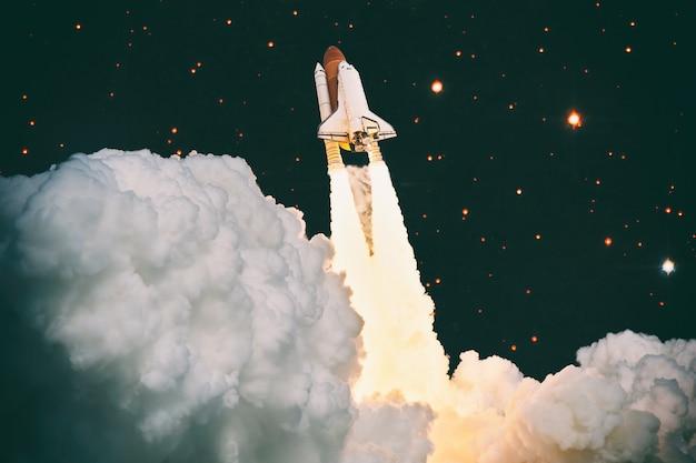 船とシャトルによるロケット打ち上げ。ロケットは宇宙の概念から始まります。宇宙船は夜空に飛び立ちます。