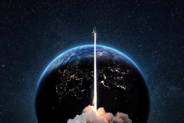 로켓은 푸른 지구 행성을 배경으로 깊은 별이 빛나는 우주로 성공적으로 이륙했습니다. 지구에서 발사된 우주선, 개념
