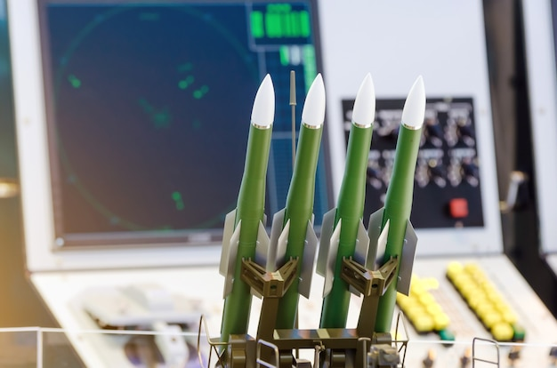 ロケット発射コントロールパネルを背景にしたロケット兵器。防衛コンセプト。