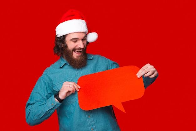 Качающийся бородатый мужчина держит речевой пузырь, глядя на него.