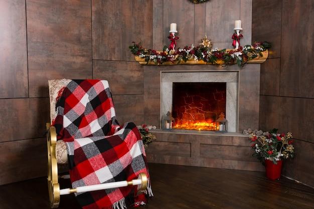 装飾されたモダンな暖炉のあるリビングルームのロッキングチェア Premium写真