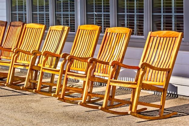 Кресла-качалки в ряд на открытой веранде