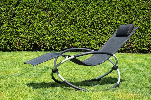 푸른 잔디에 흔들 안락. 휴식 시간. 여름 시간