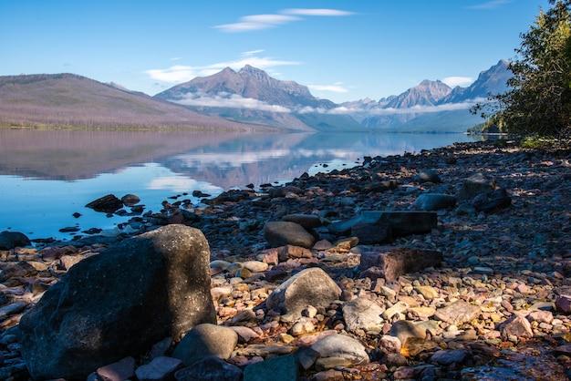 マクドナルド湖の岸に沿った岩