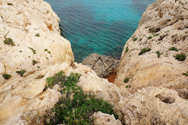 Скалы и синее море на кипре днем