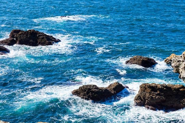 フランスの有名な島ベルイルアンメールの海の岩と崖