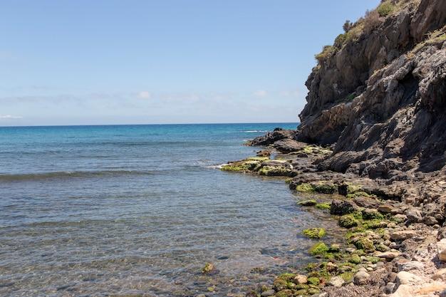 Скалы и утесы моря прозрачной воды на испанском побережье средиземного моря