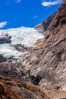 Скалы и ледяной пейзаж ледника франца иосифа в новой зеландии