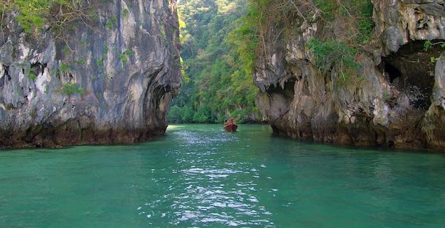 タイ、クラビの岩と海