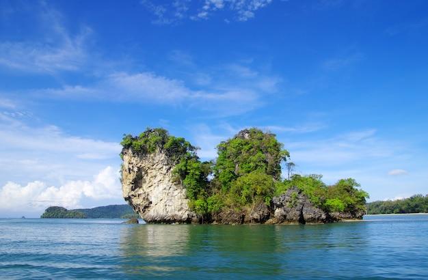クラビthsilandの岩と海