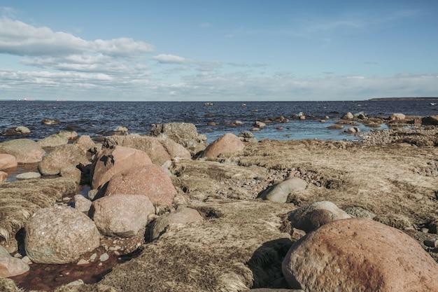 晴れた日の岩と海。
