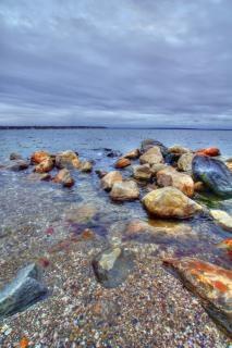浜の空に岩