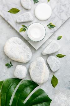 Камни рядом с кремом