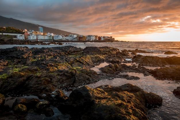 Rocce e scogliere sulla spiaggia durante il giorno