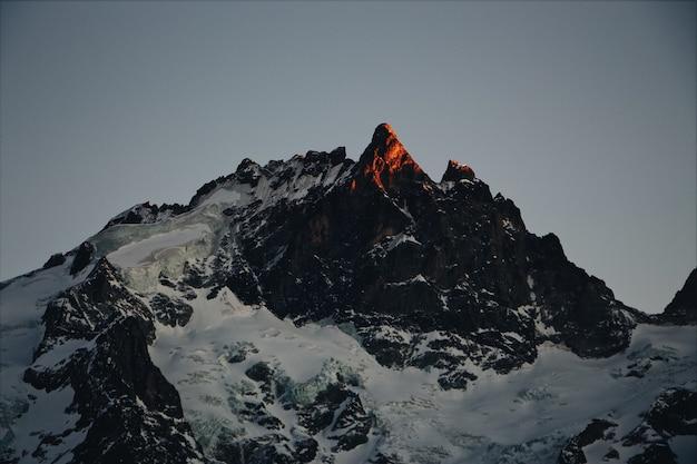Rocce coperte di neve in inverno all'alba