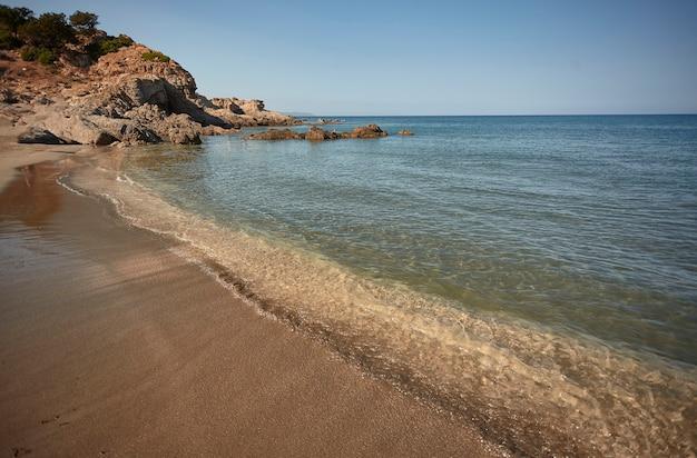 바위, 수정처럼 맑은 바닷물, 태양은 진정한 낙원에서의 여름 휴가의 완벽한 상징입니다.