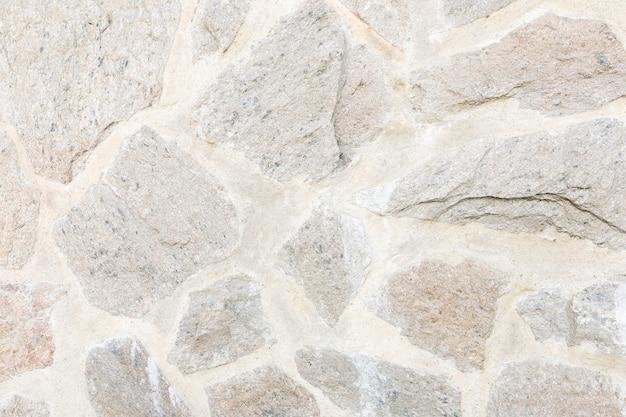 コンクリートに亀裂のある岩