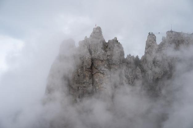 짙은 안개와 구름에있는 바위