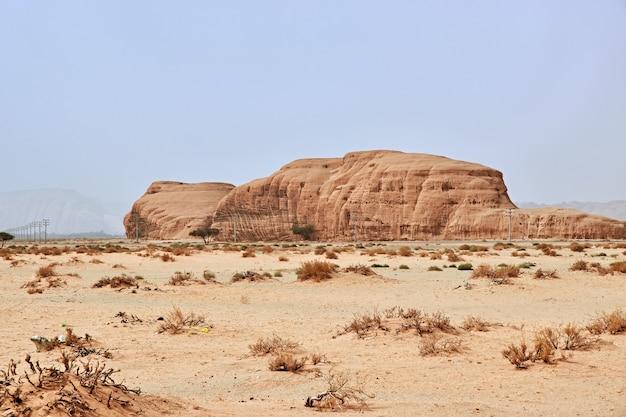 サウジアラビアのアルウラを閉じる砂漠の岩