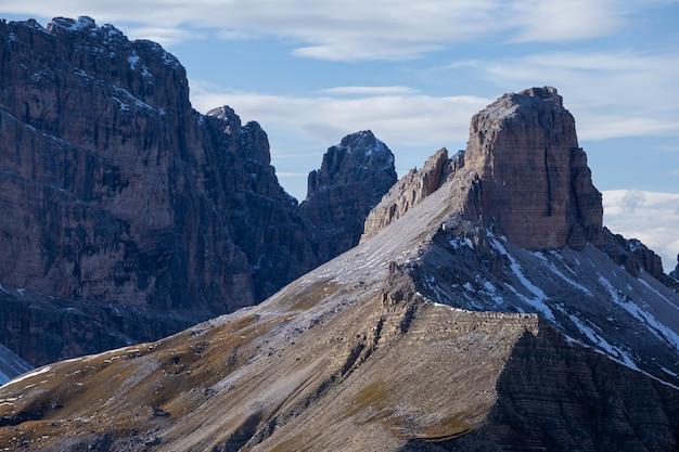 朝の曇り空の下でイタリアアルプスの岩