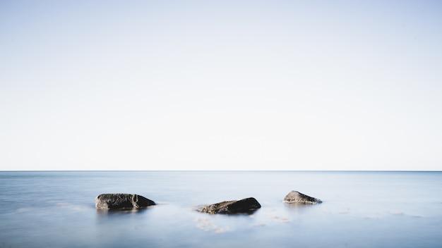 바다 한가운데 바위 무료 사진