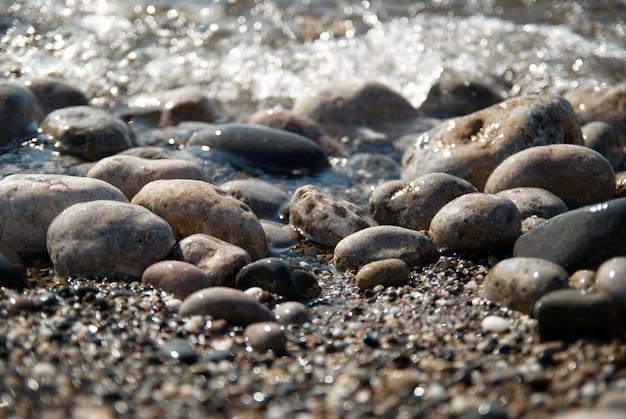 파도와 바다 거품의 바위.