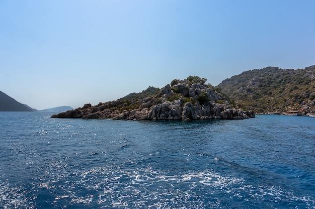 海からのトルコの岩、海からの崖の眺め