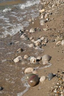 Скалы в волнах и морской прилив