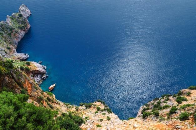 Скалы у побережья алании. вид сверху