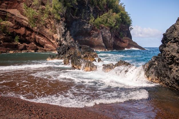 Скалы на пляже, вид на скалистый берег океана.