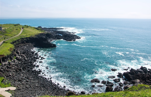 섭지 코지 제주도에서 맑은 바닷물과 함께 해변에 바위