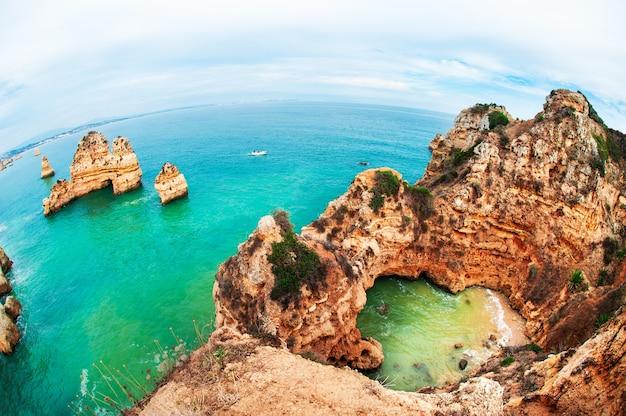 포르투갈 algarve의 대서양 해안에 있는 바위. 아름 다운 여름 풍경입니다. 어안렌즈 효과