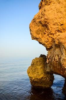 紅海の海岸の岩。エジプト、シャルムエルシェイク。