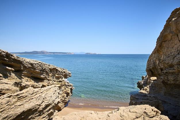 스페인의 playa illa roja 공공 해변에서 바다 해안에있는 바위