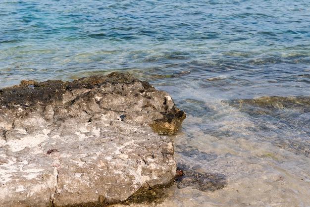해 안에 바위