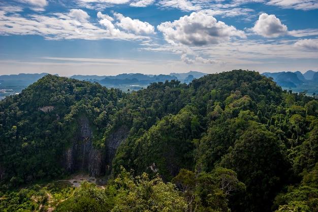 Скалы, заросшие зеленью в провинции краби, таиланд.