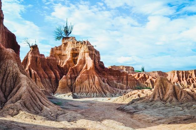 Rocce nel deserto di tatacoa, colombia sotto il cielo nuvoloso