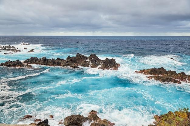 포르투갈 마데이라의 바위 대서양 해안