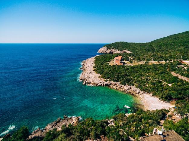 해안에 있는 아드리아 해 빌라의 바위 해변