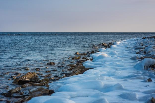 Скалистый пляж, зимнее время. русское побережье японского моря