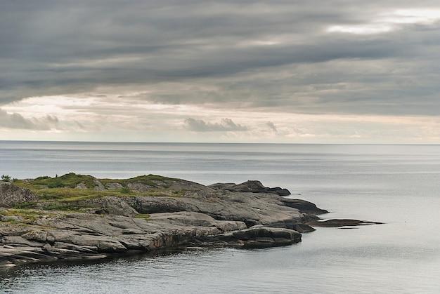 흐린 하늘, lofoten 군도, 노르웨이의 배경에 바위 케이프